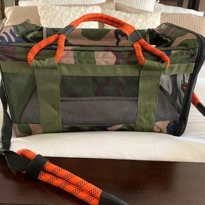 Roverlund large pet carrier with detachable leash